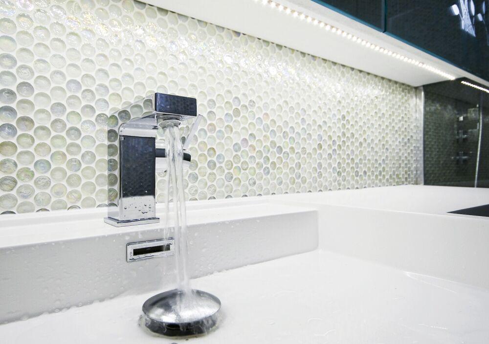 błyszcząca mozaika w łazience, bateria, umywalka