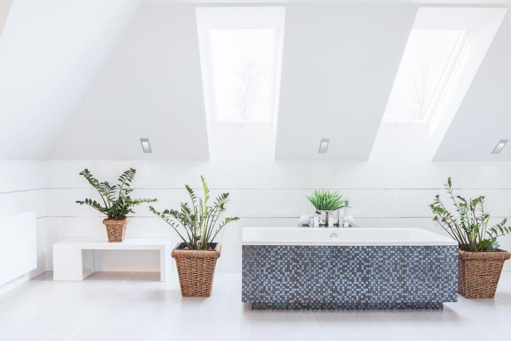 Mozaika na wannie w łazience, jasna łazienka, duża łazienka, kwiaty w łazience