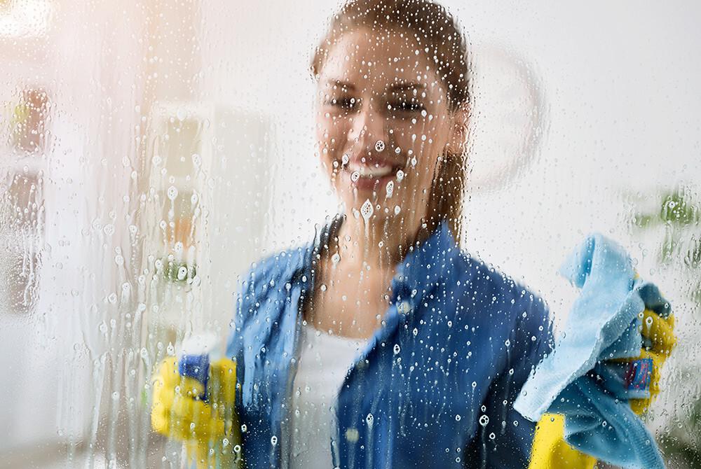 kobieta myje szyby
