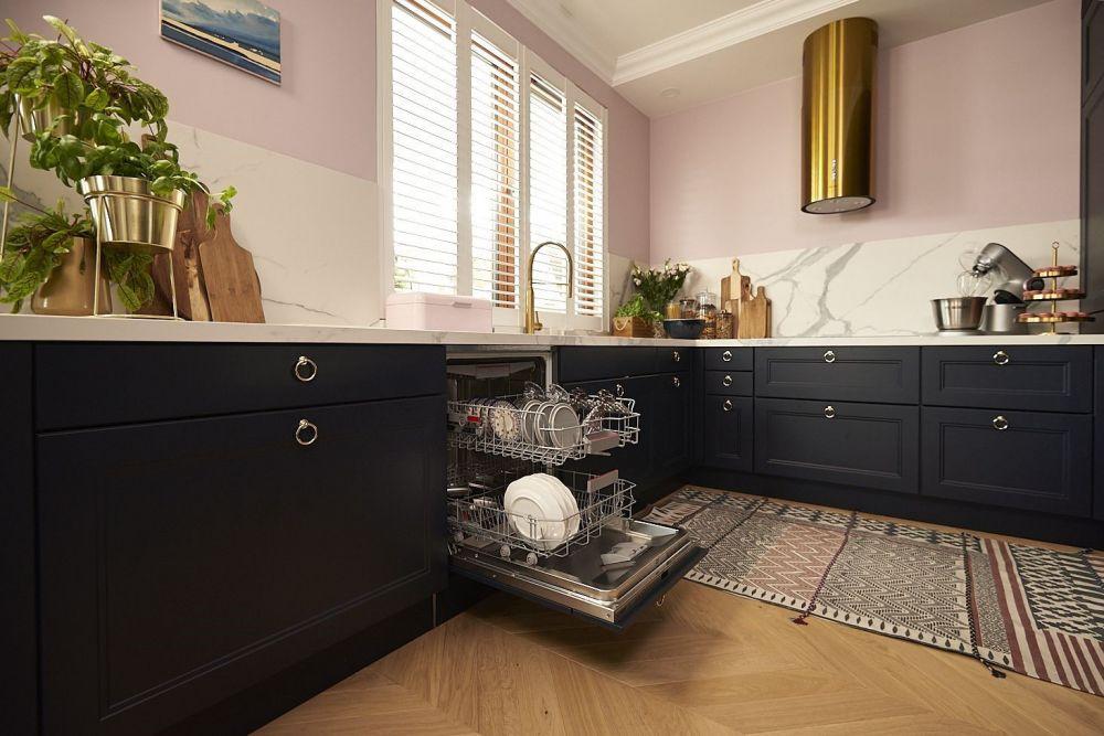 Otwarta zmywarka w kuchni Doroty