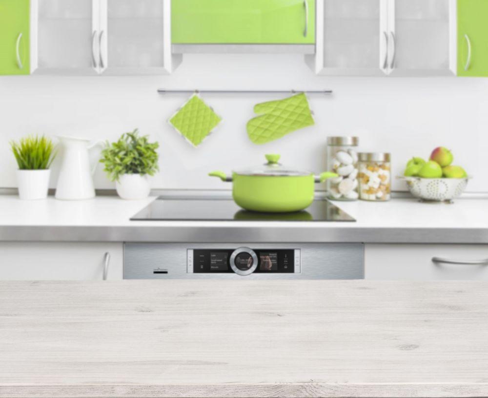 biała kuchnia z zielonymi dodatkami