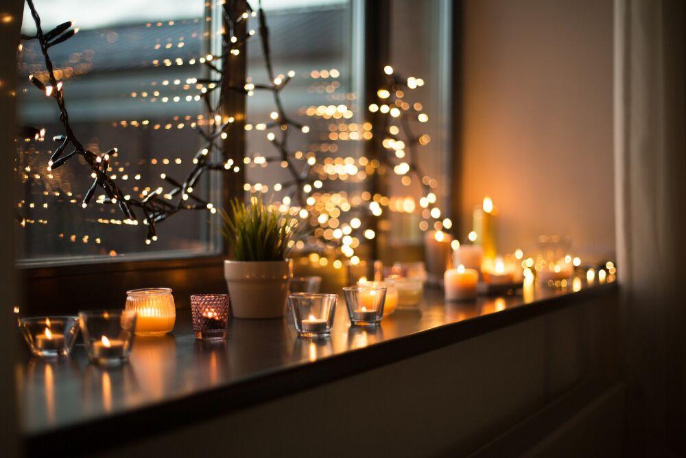 oświetlenie świąteczne, świeczki w oknie, światełka