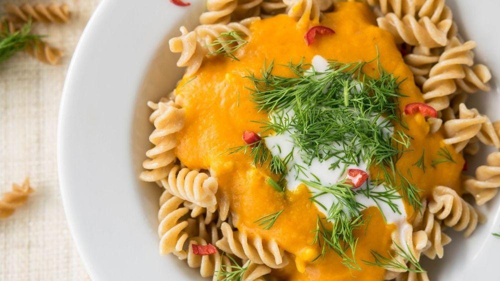 makaron z sosem i ziołami, makaron na talerzu