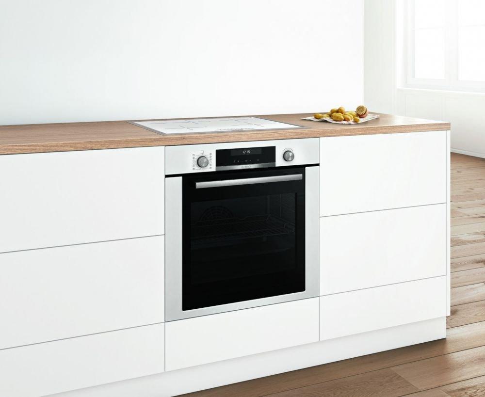 biała płyta indukcyjna w białej kuchni