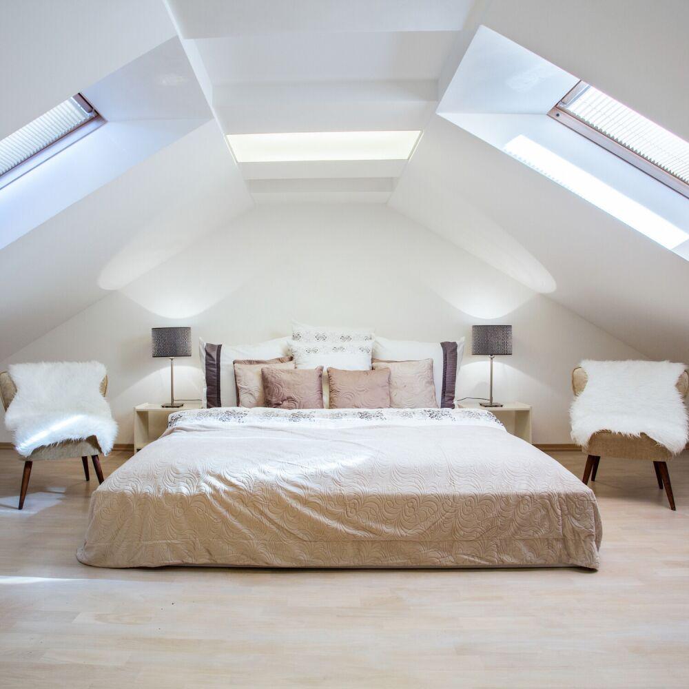 sypialnia na poddaszu, duże łóżko