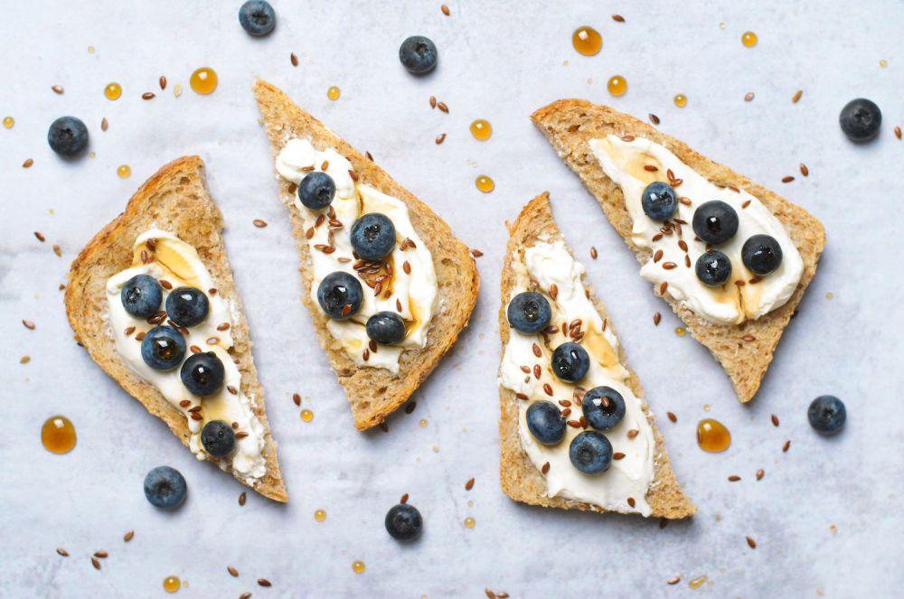 kanapki z miodem, siemieniem lnianym i jagodami - superfood