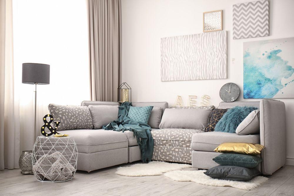 szary salon z niebieskimi dodatkami, przytulny pokój