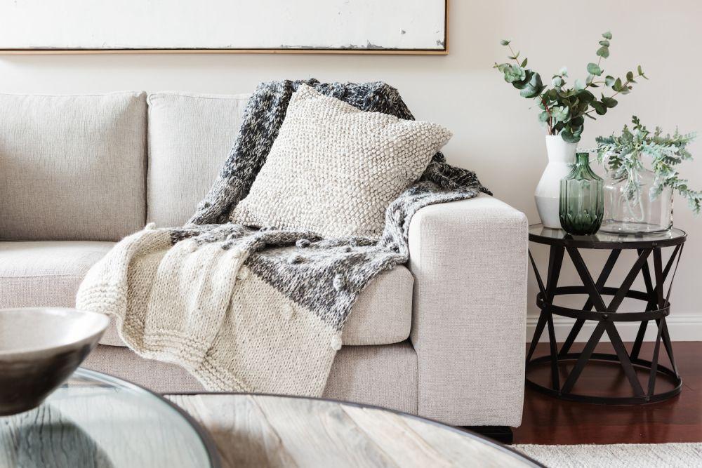 sofa z poduszkami, przytulny salon