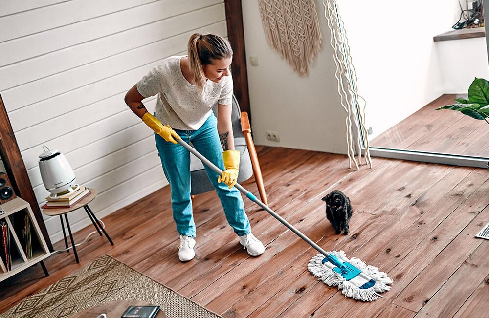 mycie drewnianej podłogo