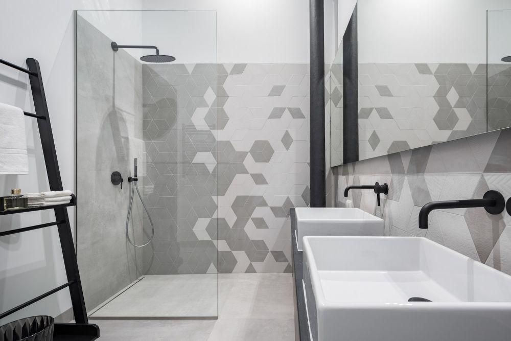 biało-szara łazienka z prysznicem