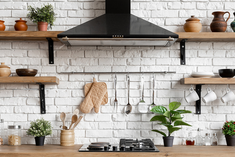 czarny okap w jasnej kuchni