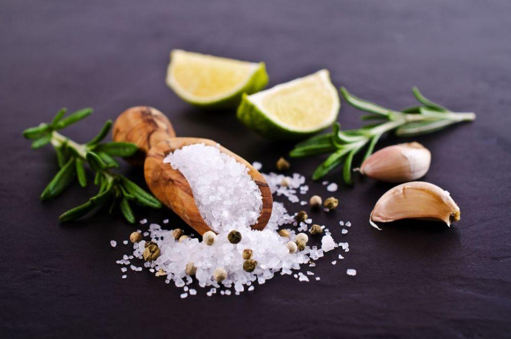 sól, limonka, czosnek, rozsypana sól