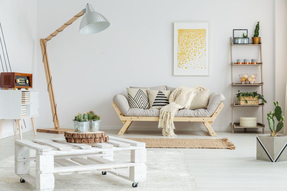 jasne ściany i kanapa, styl skandynawski