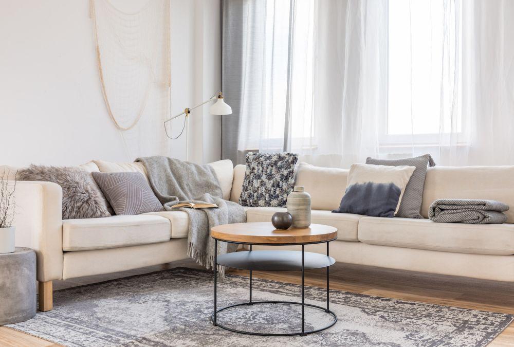 jasne wnętrze, kanapa z narzutami, styl skandynawski
