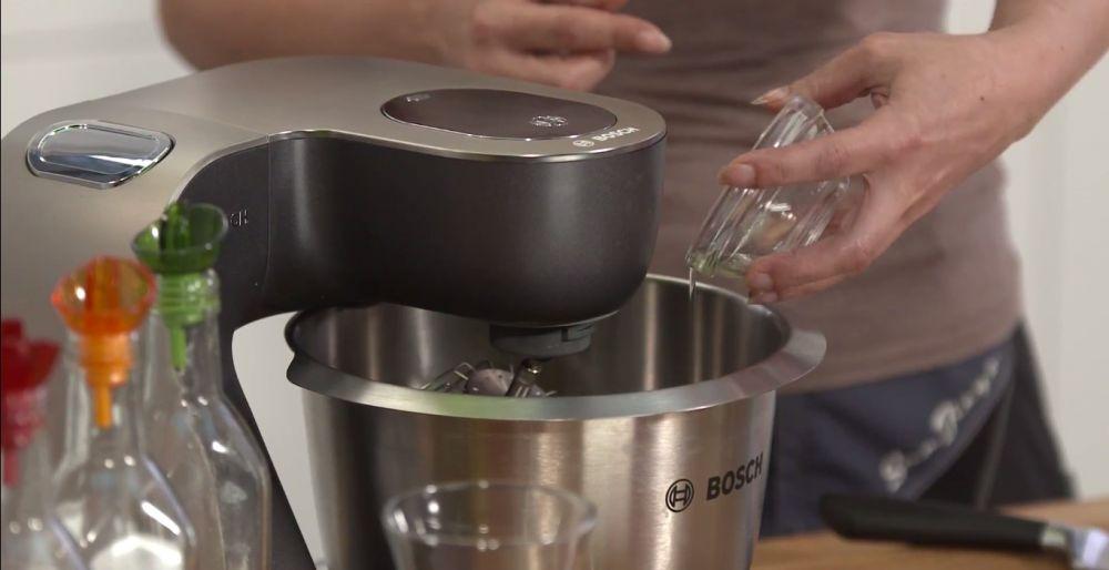 mum, wlewanie oleju do muma, robot kuchenny