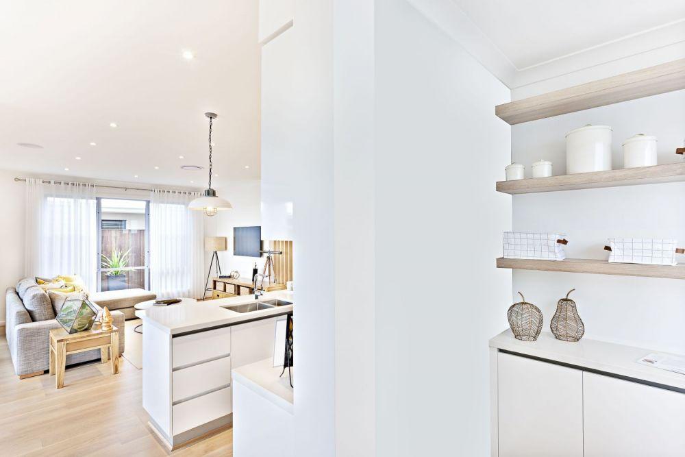 mała spiżarnia w białej kuchni
