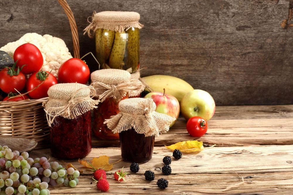 kosz z owocami i przetwory