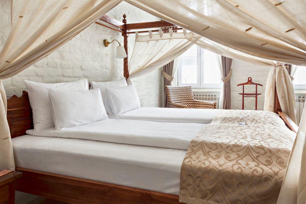 sypialnia w stylu kolonialnym, łóżko z baldachimem