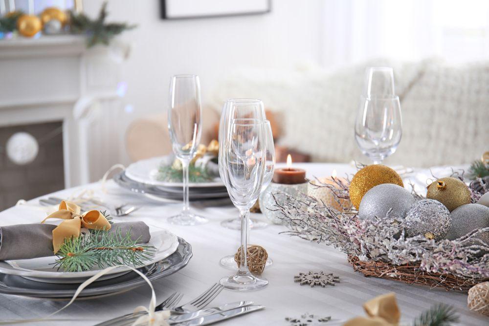 dekoracje na wigilijny stół, biele i szarości