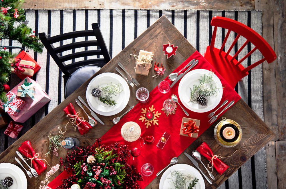 drewniane ozdoby na wigilijnym stole, naturalne gałązki
