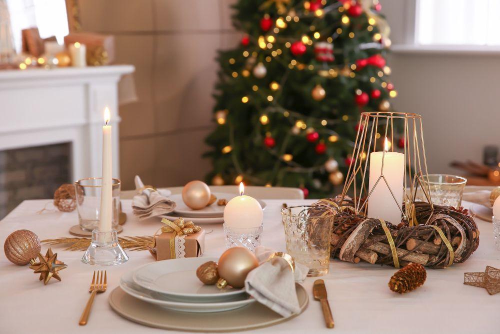 oświetlenie na wigilijnym stole, świeczki, światełka, dodatki