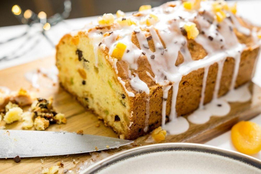 keks,ciasto, lukier,rodzynki