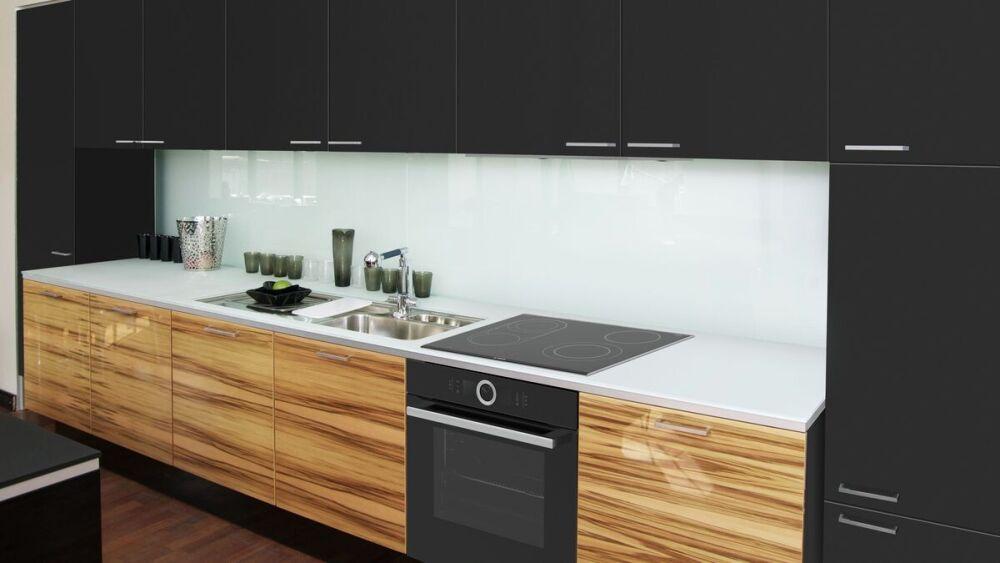 czarne meble kuchenne, szklany panel w kuchni