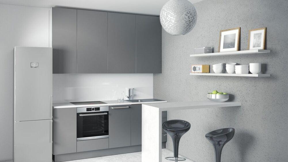 szara kuchnia, szklany panel w szarej kuchni