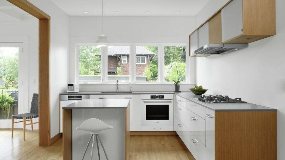 szklany panel w jasnej kuchni, kuchnia z oknem