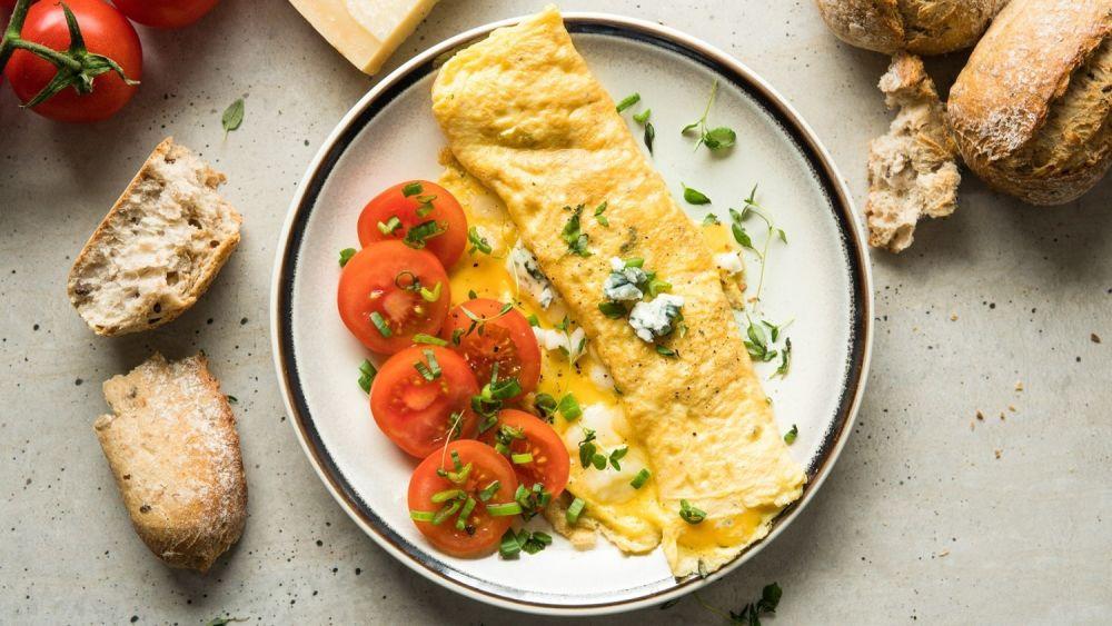 Omlet serowy z pomidorami