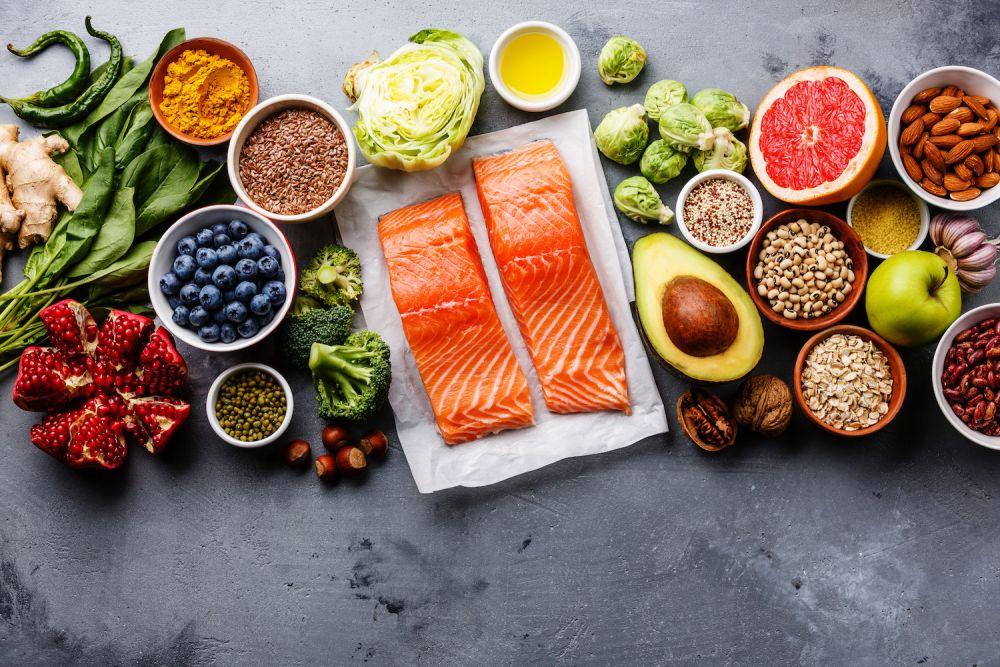 łosoś, awokado, warzywa, owoce, nasiona, zdrowe jedzenie