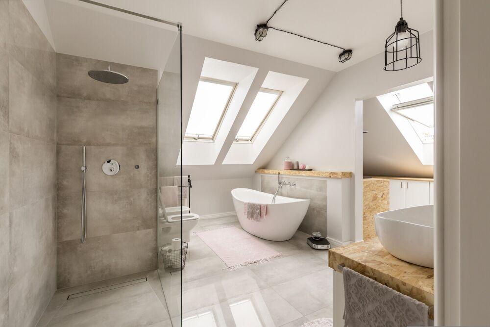jasna przestronna łazienka na poddaszu