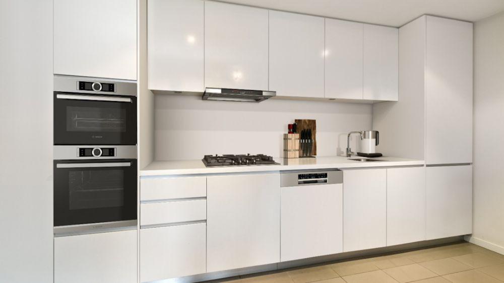 biała kuchnia z okapem