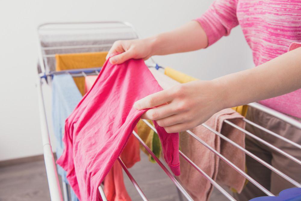 rozwieszanie prania na suszarce