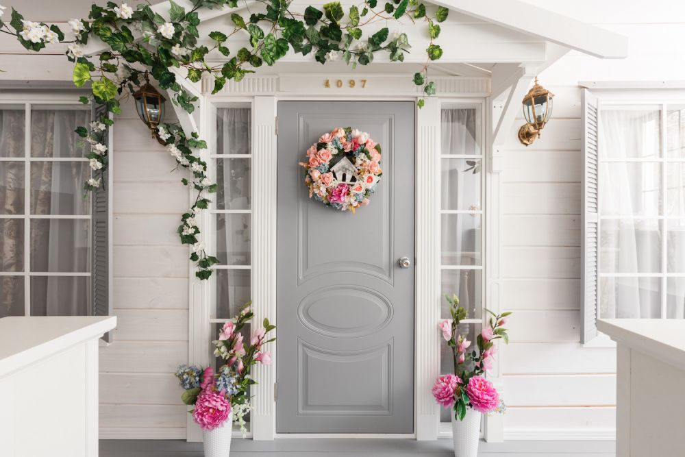 wiosenny wieniec z kwiatów na drzwiach