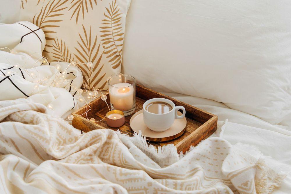 kawa, lampki choinkowe, koc, zimowe ozdoby
