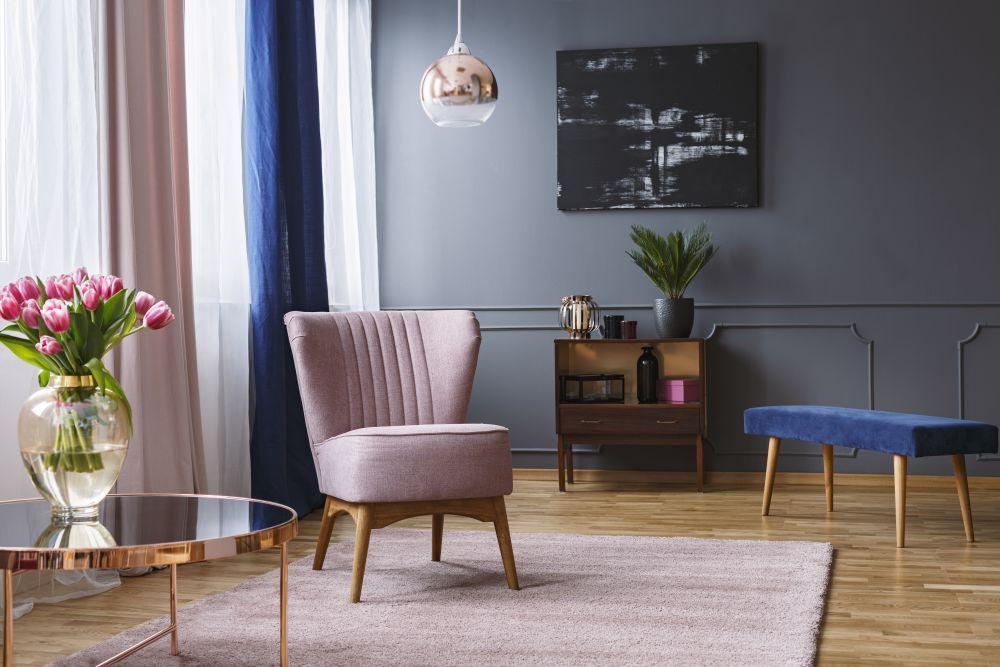 różowe i granatowe meble, zasłony, elegancki salon