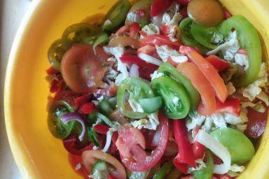 Surowka z.pomidorow papryki cebuli.i kapusty wloskiej