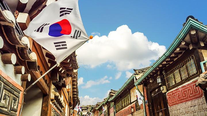 Koreańska potrawa Sannakji podawana jest wyłącznie na pełną odpowiedzialność zamawiającego, ponieważ…