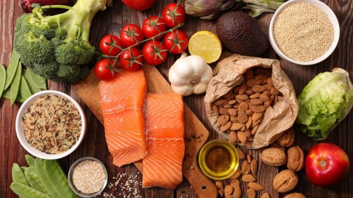 10. Jakie produkty znajdują się na szczycie piramidy zdrowego żywienia?