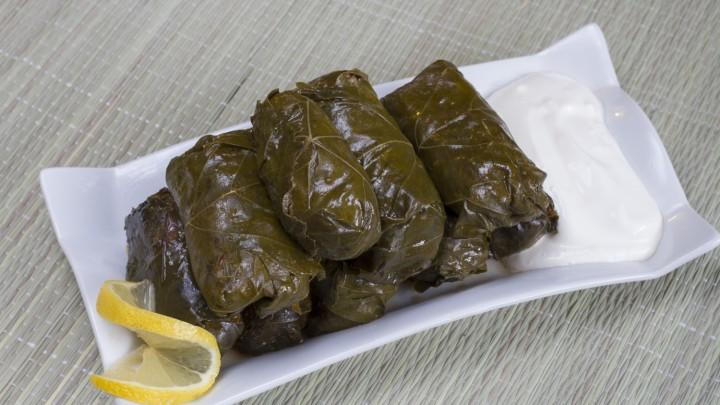 Sarmale – czyli kiszone liście kapusty lub winogron faszerowane ryżem i mięsem, zjemy w: