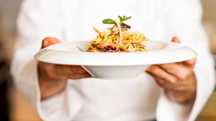 3. Z której strony podajemy gościowi talerz z jedzeniem serwując jedzenie?