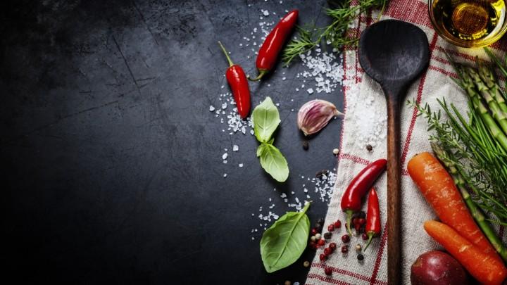 Deglacage to technika gotowania, która polega na?