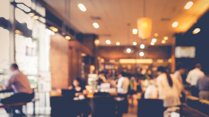 6. Kto powinien rozpocząć zamawianie posiłków w restauracji?