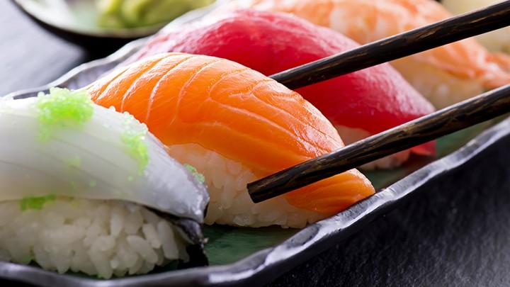 """Słowo sushi w języku japońskim oznacza """"surową rybę""""."""