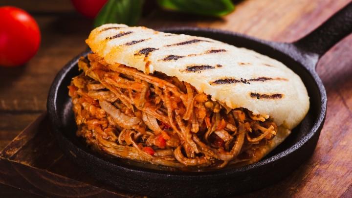 Arepa – okrągła, spłaszczona tortilla z mąki kukurydzianej to lokalny odpowiednik chleba w…