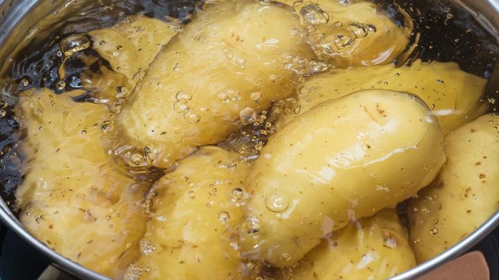 """""""Ziemniaki i kapustę gotujemy osobno, a następnie ugniatamy ze smalcem"""". To śląski przepis na:"""