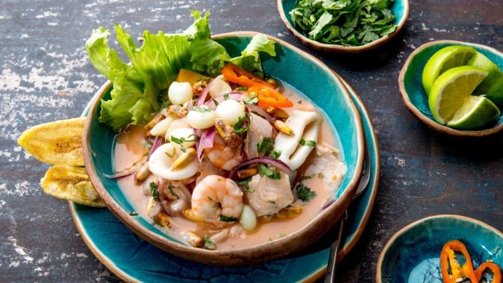 Ceviche – sałatka z owocami morza i dodatkami, tradycyjnie przyrządzana z surowej ryby marynowanej w soku z limonki to specjalność kuchni…