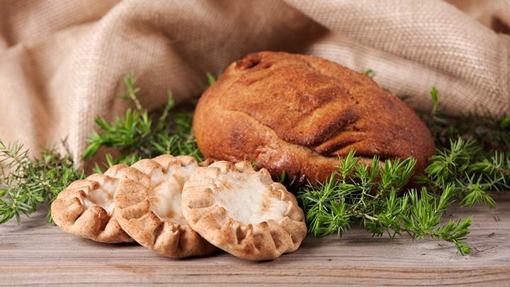 Kalakukko, czyli smażony w głębokim tłuszczu pieróg z mąki żytniej, faszerowany plasterkami słoniny, kawałkami mięsa i słodkowodnymi rybkami muikku - specjał ten jada się na zimno, popijając kwaśnym mlekiem w…