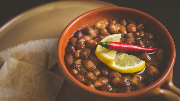 Ful Medames - potrawa, której podstawą jest suszony bób i ciecierzyca, to przysmak kuchni…